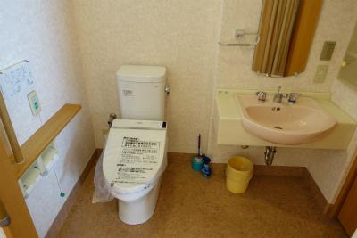 居室内の洗面台とトイレです。清潔に保たれています。