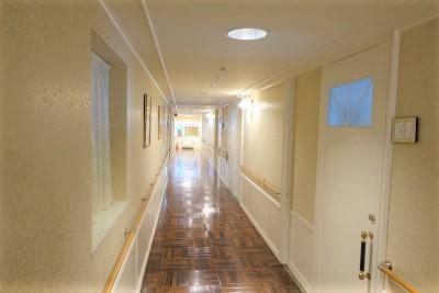 居室前の廊下です。手すりも付いているので安心ですね。