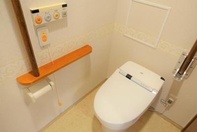 お部屋のトイレには手すりも付いていて安心です。