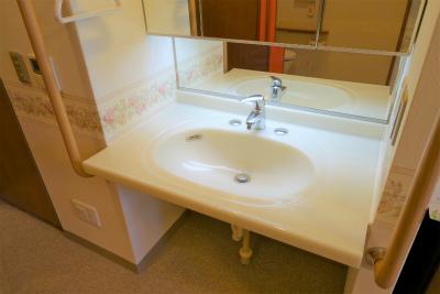 お部屋には洗面台があります。