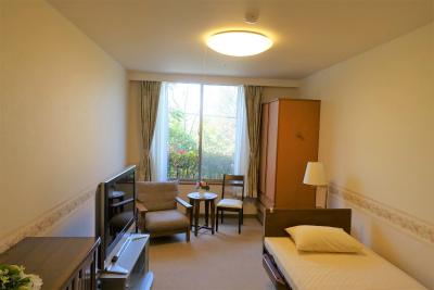 21㎡のお部屋です。ベッドやタンス、ナイトテーブルが付いています。