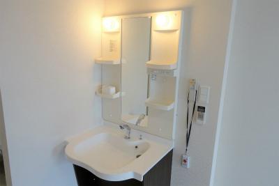 お部屋には車いすでも使いやすい洗面台があります。