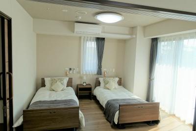 2人部屋の寝室です。窓が大きく明るいです。