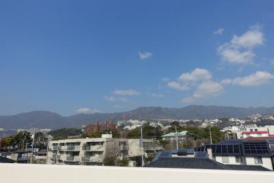 屋上庭園からの景色です。六甲の山々を望む見晴らしの良い空間です。