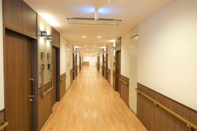 館内の共用廊下です。木のぬくもりが感じられます。