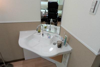 お部屋の洗面台です。車椅子でも使いやすくなっています。