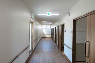 館内の共用廊下です。手すりもあり歩行訓練にもなります。