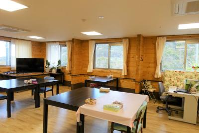 食堂の窓からは緑豊かな景色をご覧になれます。