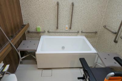 個浴になります。介護スタッフのサポートを受けながらご入浴できます。