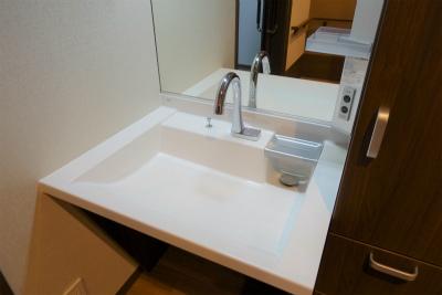 お部屋の洗面台です。自動でお水が出ます。