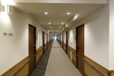 館内の共用廊下です。絨毯が敷いてあり高級感があります。