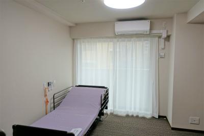 お部屋にはエアコンや照明、クローゼットが付いています。