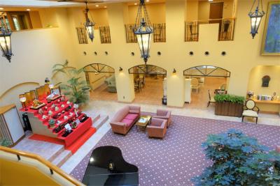 ホールは、天井が吹き抜けで、自然の光が射し込む心地よい空間。多彩なイベントを開催しています。