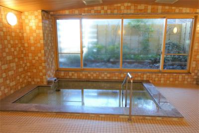 広い浴槽につかりながら外の園庭を眺めることができる、開放感ある大浴場です。