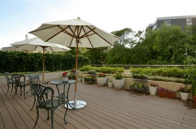 6階のテラスにはテーブルや椅子があるので、ご入居者様同士の憩いの場になっています。