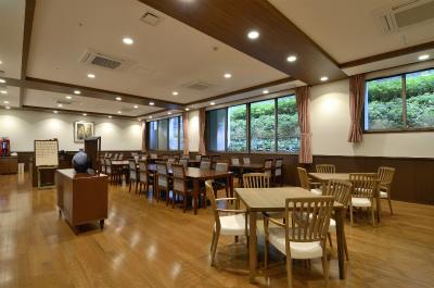 1階のレストランでは、旬の地元食材を使い家庭的な献立を中心に、パンに合う洋食や冬には鍋などバラエティ豊かな食事を召し上がれます。