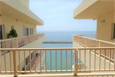 館内からは海を眺められて抜群の景色です。