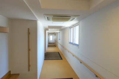 共用の廊下には手すりもあり歩行訓練も出来ます。