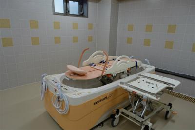 1階には機械浴がございます。お身体に不安のある方も安心です。