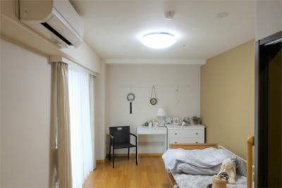 1人部屋になります。洗面台、トイレ、介護ベッド、クローゼットが備え付けされています。