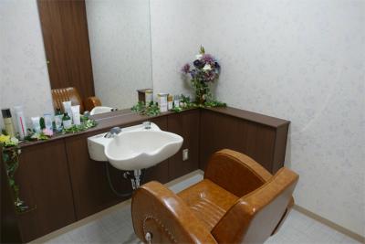 1階の理美容室では月2回の予約制でカット、カラー、パーマを利用できます。