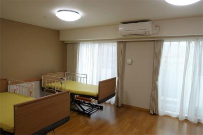 2人部屋になります。キッチン、洗面台、トイレ、介護ベッド、クローゼットが備え付けされています。