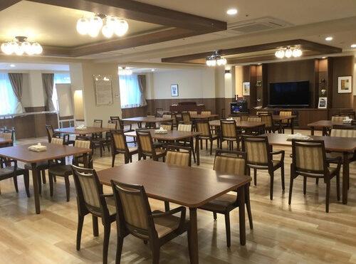 広い食堂に特大スクリーンも完備されています。