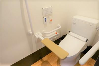 お部屋のトイレにはナースコールや手すりもついていて安心です。