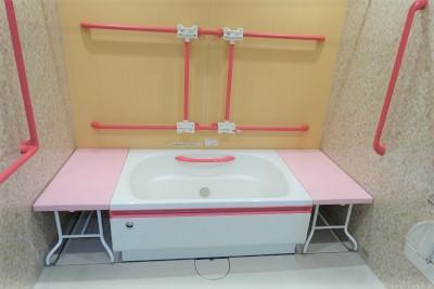 各階には個浴があり、スタッフさんの介護を受けながらご入浴出来ます。