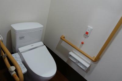 お部屋のトイレは手すりやナースコールが付いています。