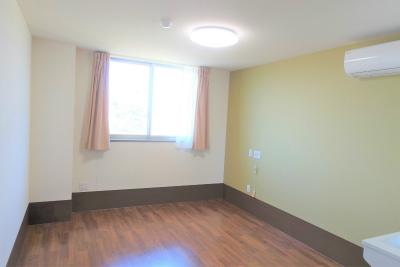お部屋は明るくて十分な広さがあります。
