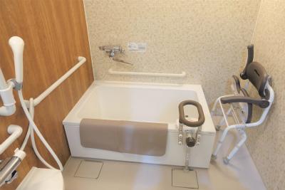共用の浴室ではスタッフさんの介助を受けながらご入浴出来ます。