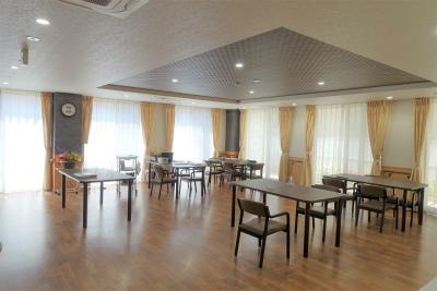 1階の食堂は広々としていて車椅子での移動も余裕があります。