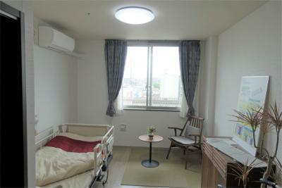 1人部屋です。照明、エアコン、ナースコール、収納、洗面台、トイレ付きです。