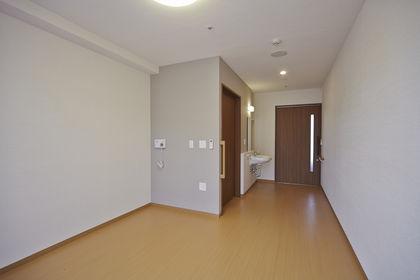 お部屋にはエアコン、照明、カーテン、トイレ、洗面台、ナースコール、収納が付いています。
