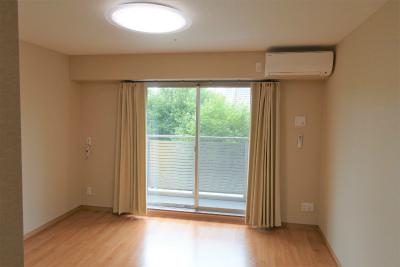 2階のお部屋です。窓からは新緑が眺められます。
